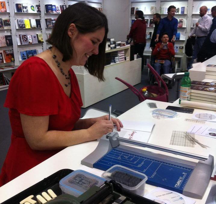 Monique Van den Abbeel - signeersessie boekenbeurs 2016 te Antwerpen